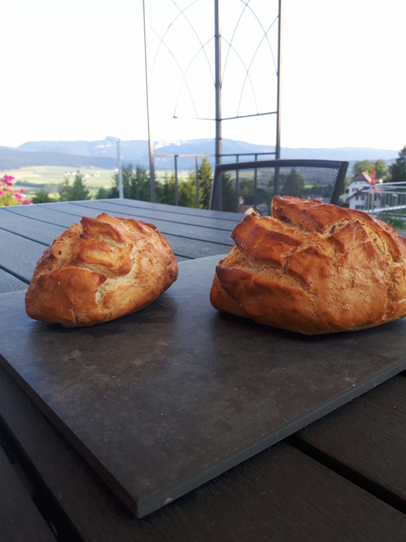 Deux pains dorés sur la table