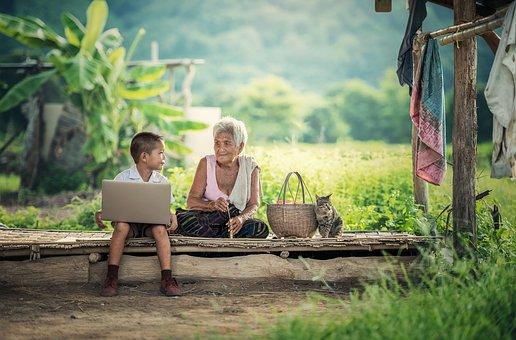 Communication intergénérationnelle au milieu d'une forêt entre un enfant et sa grand-mère
