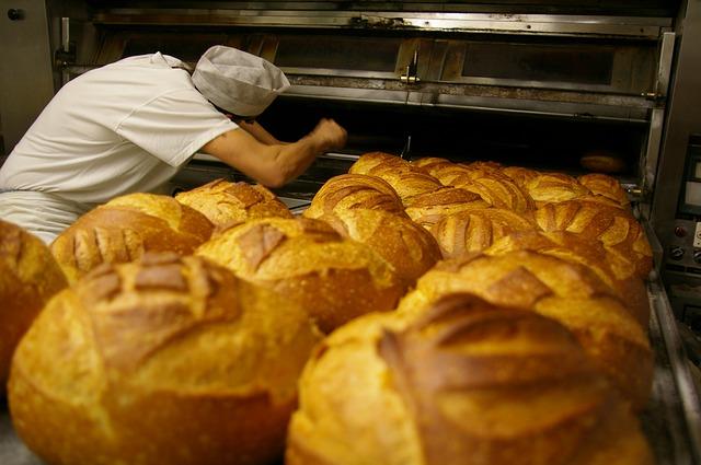 Un boulanger prépare les pains