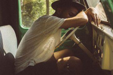 Un homme endormi au volant de sa camionnette