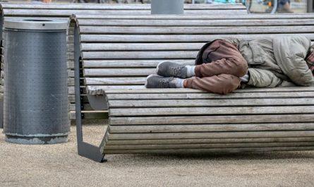 homme couché sur un banc